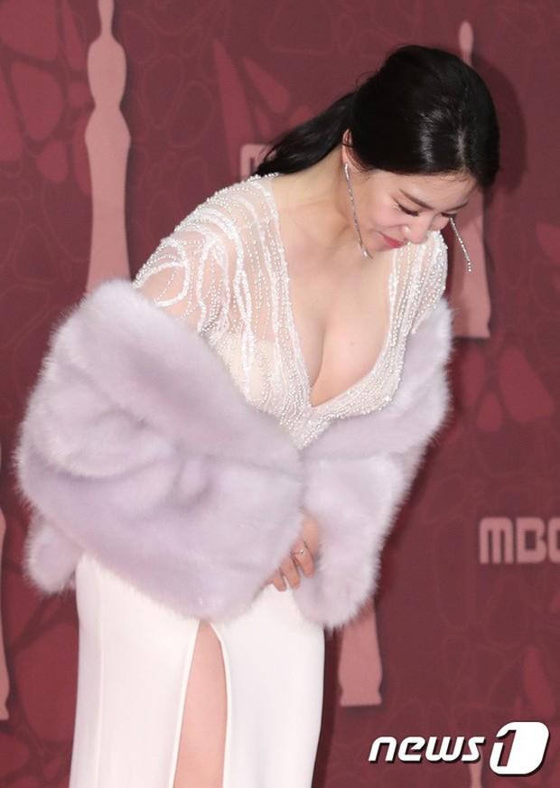 MBC Drama Awards 2017: Mẹ Kim Tan, Ha Ji Won rơi lệ vì nữ diễn viên có chồng bị sát hại dã man - Ảnh 11.