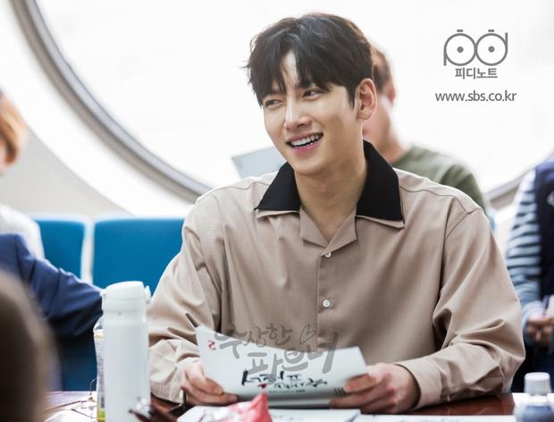 Ji Chang Wook siêu điển trai và đáng yêu bên bạn diễn phim mới - Ảnh 3.
