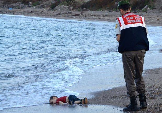Bức ảnh em bé tị nạn Myanmar nằm úp mặt trên vũng bùn gây rúng động thế giới - Ảnh 2.