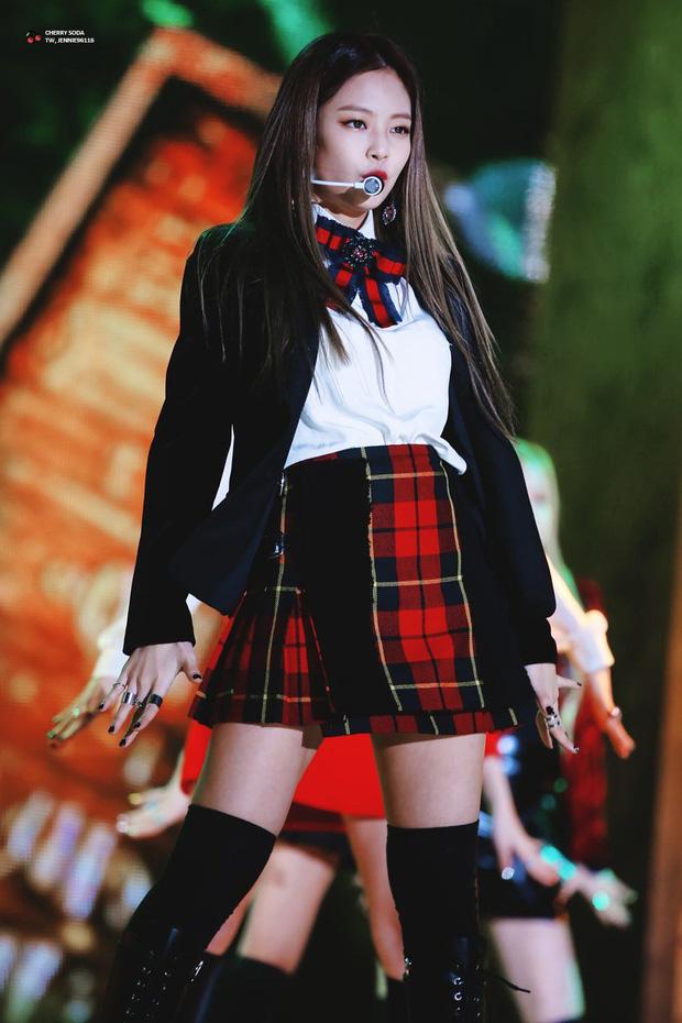 Oh My Girl bị tố đạo cả trang phục lẫn phụ kiện hàng hiệu của Jennie Kim - Ảnh 4.