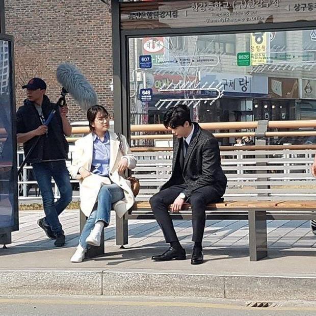 Lee Jong Suk và Suzy tay trong tay, đốt cháy mùa phim hè 2017 - Ảnh 2.