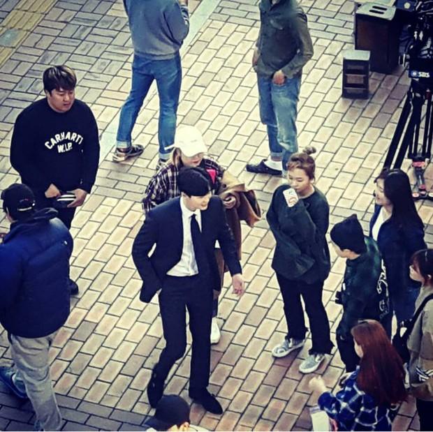 Lee Jong Suk và Suzy tay trong tay, đốt cháy mùa phim hè 2017 - Ảnh 5.