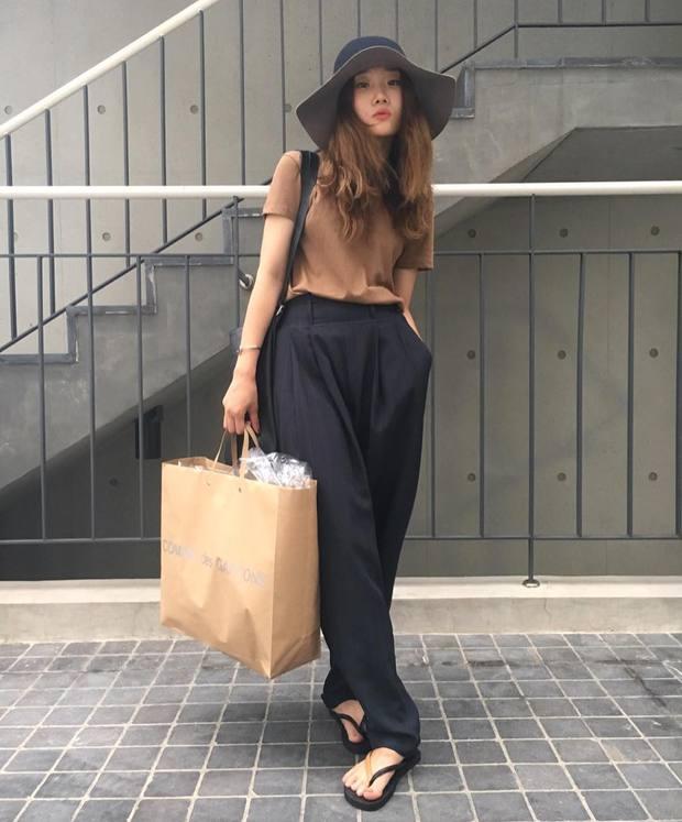 Dép tông, dép lào giờ đã thành món đồ sành điệu, được các fashionista xứ Hàn diện cùng đồ đi chơi cực chất - Ảnh 3.