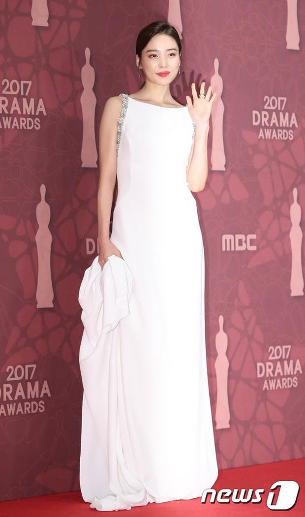 MBC Drama Awards 2017: Mẹ Kim Tan, Ha Ji Won rơi lệ vì nữ diễn viên có chồng bị sát hại dã man - Ảnh 12.