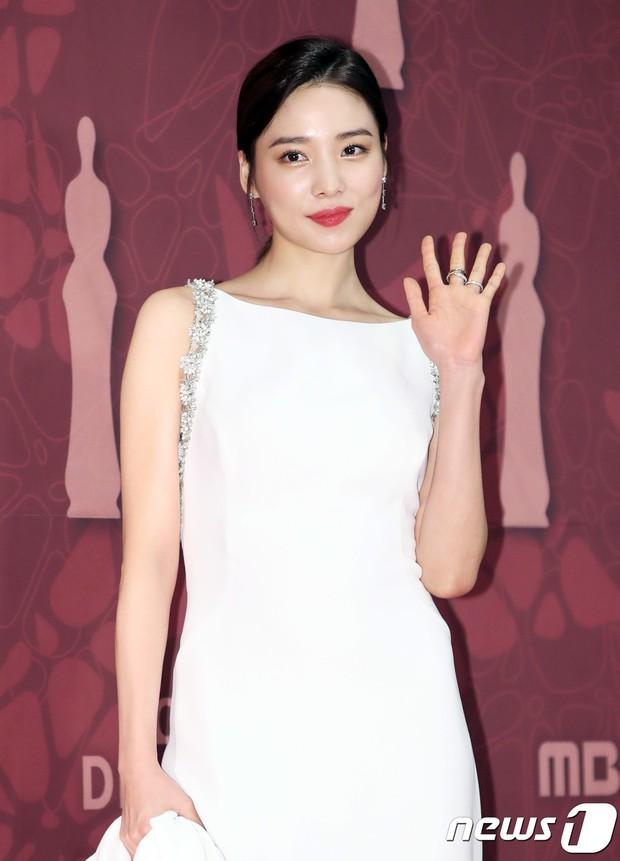 MBC Drama Awards 2017: Mẹ Kim Tan, Ha Ji Won rơi lệ vì nữ diễn viên có chồng bị sát hại dã man - Ảnh 13.
