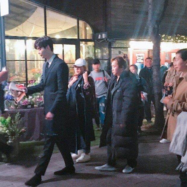 Lee Jong Suk và Suzy tay trong tay, đốt cháy mùa phim hè 2017 - Ảnh 6.