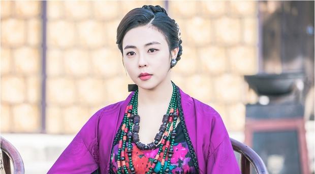 Yoona đang gặp quá nhiều đối thủ nhan sắc trong The King Loves? - Ảnh 4.