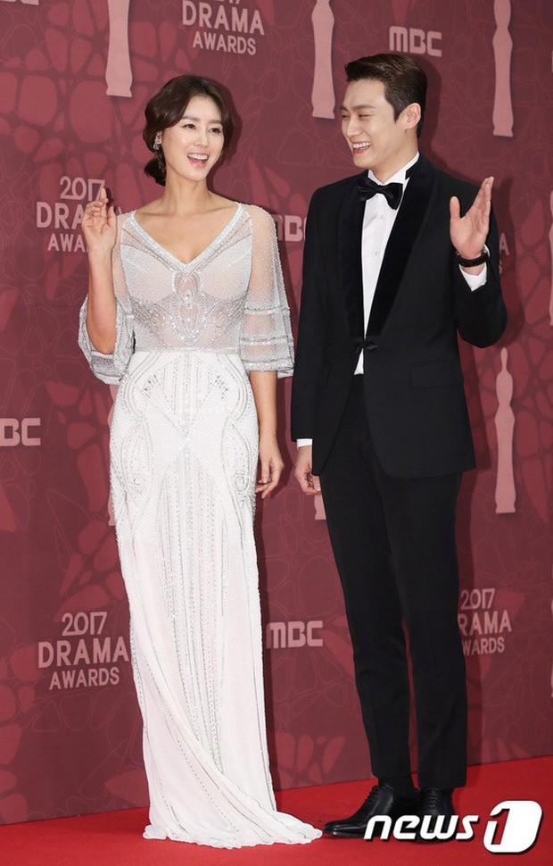 MBC Drama Awards 2017: Mẹ Kim Tan, Ha Ji Won rơi lệ vì nữ diễn viên có chồng bị sát hại dã man - Ảnh 9.