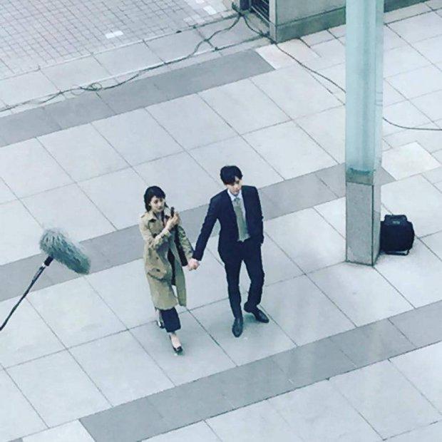 Lee Jong Suk và Suzy tay trong tay, đốt cháy mùa phim hè 2017 - Ảnh 1.