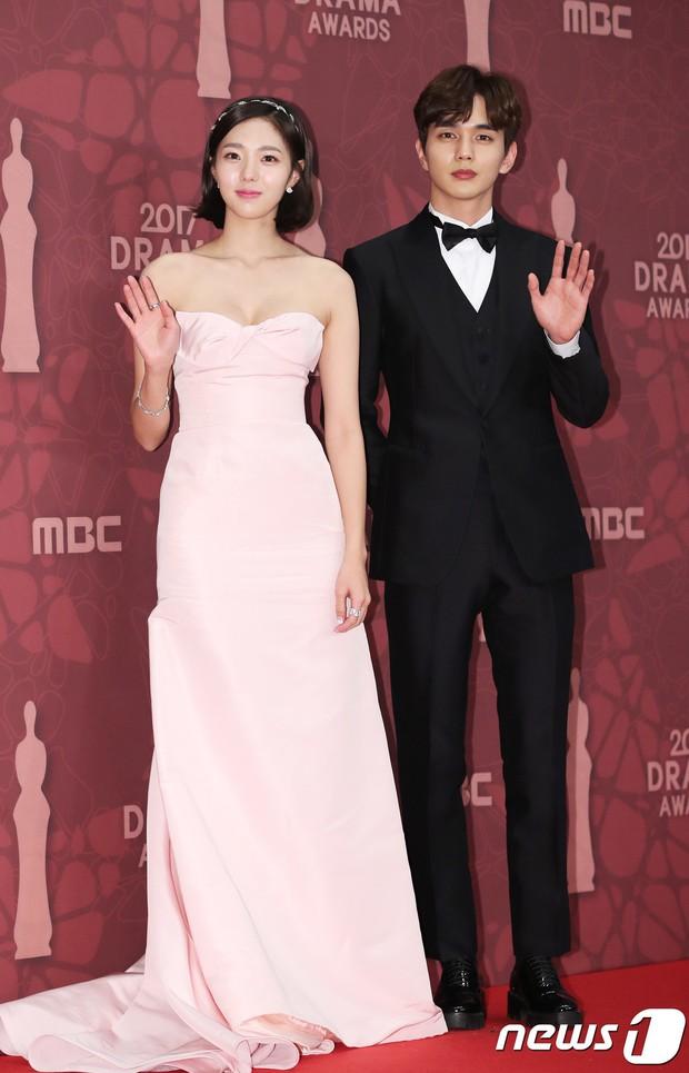 MBC Drama Awards 2017: Mẹ Kim Tan, Ha Ji Won rơi lệ vì nữ diễn viên có chồng bị sát hại dã man - Ảnh 14.