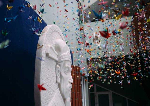 Trường Lương Thế Vinh đẹp như cổ tích với hàng nghìn con hạc giấy gửi đến thầy Văn Như Cương - Ảnh 9.