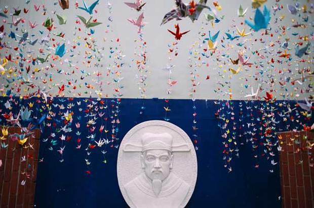 Trường Lương Thế Vinh đẹp như cổ tích với hàng nghìn con hạc giấy gửi đến thầy Văn Như Cương - Ảnh 8.