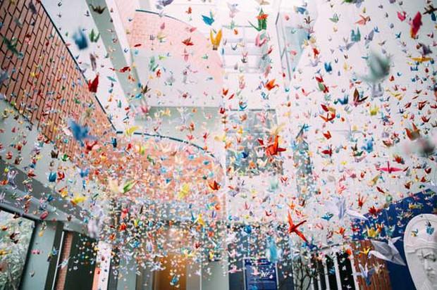 Trường Lương Thế Vinh đẹp như cổ tích với hàng nghìn con hạc giấy gửi đến thầy Văn Như Cương - Ảnh 4.