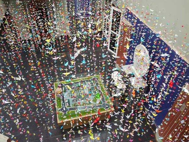 Trường Lương Thế Vinh đẹp như cổ tích với hàng nghìn con hạc giấy gửi đến thầy Văn Như Cương - Ảnh 2.