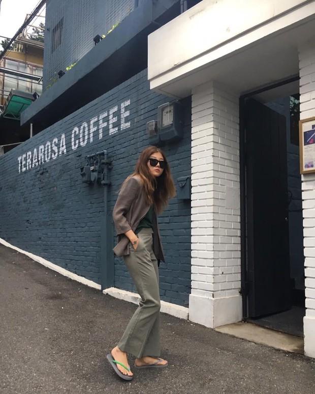 Dép tông, dép lào giờ đã thành món đồ sành điệu, được các fashionista xứ Hàn diện cùng đồ đi chơi cực chất - Ảnh 10.