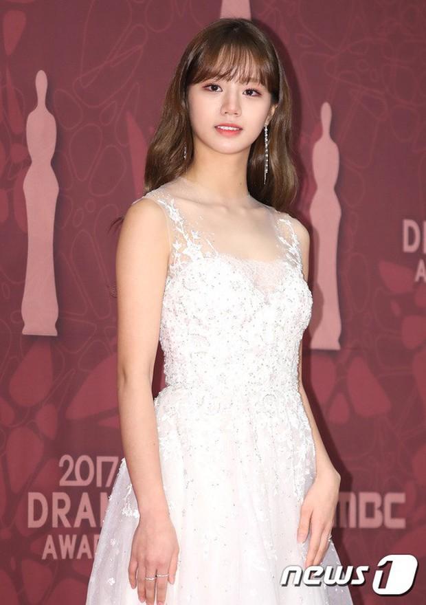 MBC Drama Awards 2017: Mẹ Kim Tan, Ha Ji Won rơi lệ vì nữ diễn viên có chồng bị sát hại dã man - Ảnh 16.