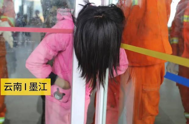 Trung Quốc: Mải đùa nghịch, bé gái 13 tuổi kẹt cứng đầu vào giữa cánh cửa kính - Ảnh 1.