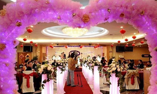 Sự thật về đám cưới có một không hai giữa phi công trẻ 21 tuổi và mẹ của bạn thân 55 tuổi - Ảnh 2.