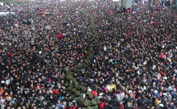 Những hình ảnh chen chúc kinh hoàng trong đợt di cư về quê ăn Tết ở Trung Quốc - Ảnh 1.