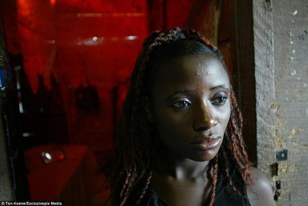 Bên trong nhà thổ nơi hàng chục nghìn gái mại dâm nhiễm HIV hành nghề và reo rắc nỗi kinh hoàng cho nhân loại - Ảnh 2.