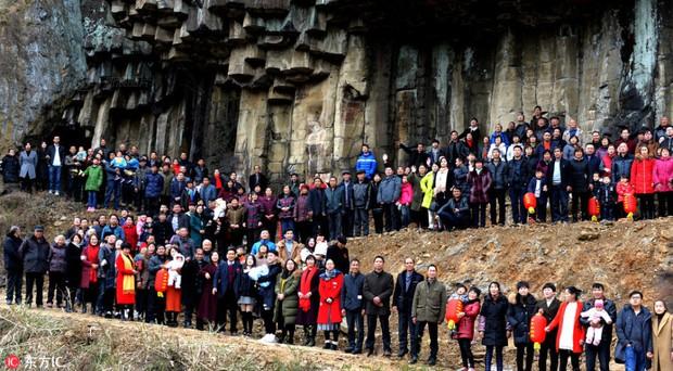 Bức ảnh gia đình hoành tráng nhất Trung Quốc với sự góp mặt của 500 thành viên - Ảnh 1.