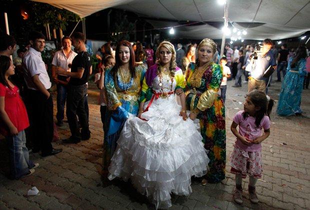 Cùng ngắm thêm 22 bộ váy cưới truyền thống tuyệt đẹp trên toàn thế giới - Ảnh 1.