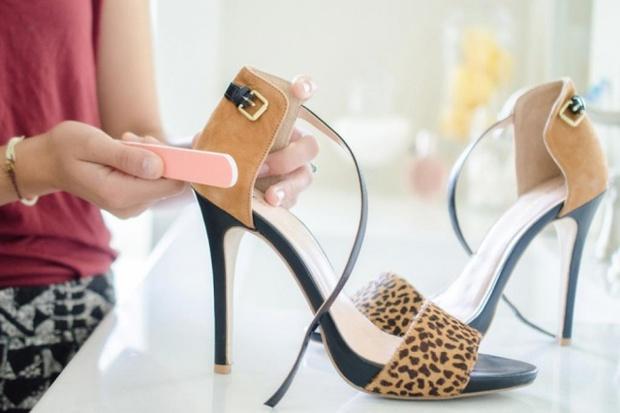 Cô gái nào cũng cần biết 7 mẹo tân trang quần áo giày dép ảo diệu này - Ảnh 1.