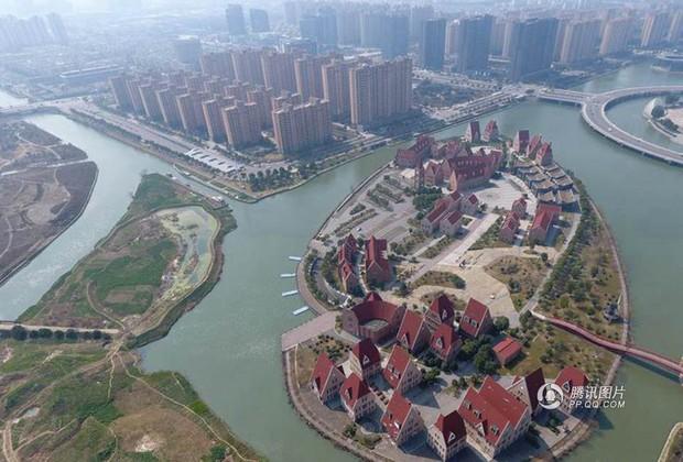 Trung Quốc: Hòn đảo ma toàn dinh thự đắt tiền giữa lòng thành phố Tô Châu - Ảnh 1.