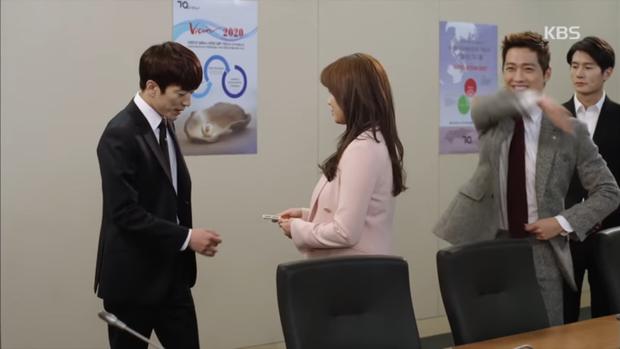 """""""Sếp Kim"""" siêu lầy: Nam Goong Min """"cosplay"""" cảnh catwalk kinh điển của Goblin - Ảnh 5."""
