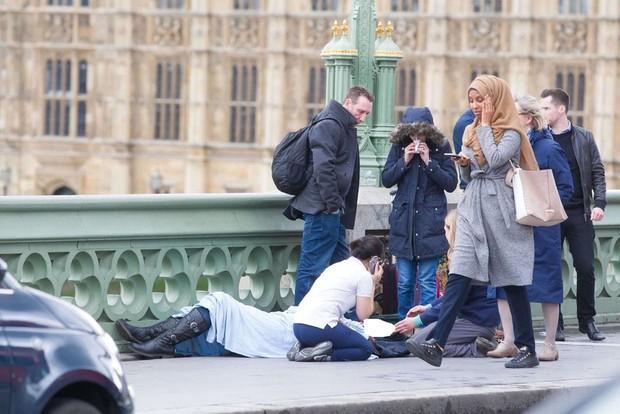 Bức ảnh vạch trần sự phiến diện của làn sóng chỉ trích người phụ nữ Hồi giáo trong bức ảnh nạn nhân vụ khủng bố - Ảnh 1.