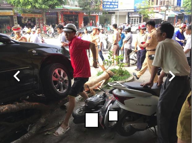 Clip: Hàng chục người hợp sức nâng chiếc Camry, giải cứu người phụ nữ bị cuốn vào gầm xe - Ảnh 4.