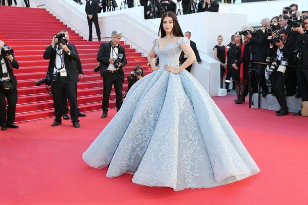 Cận cảnh chiếc đầm Lọ Lem đẹp nín thở của Hoa hậu đẹp nhất thế giới Aishwarya Rai trên thảm đỏ Cannes - Ảnh 2.