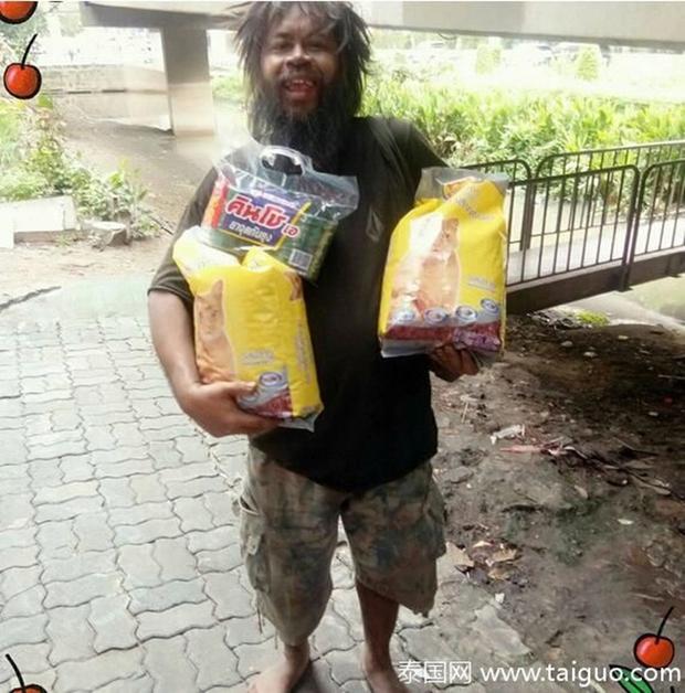Sống lang bạt khắp nơi, nhưng người đàn ông vô gia cư vẫn nhịn đói đi bán chanh để kiếm tiền nuôi lũ mèo hoang - Ảnh 1.