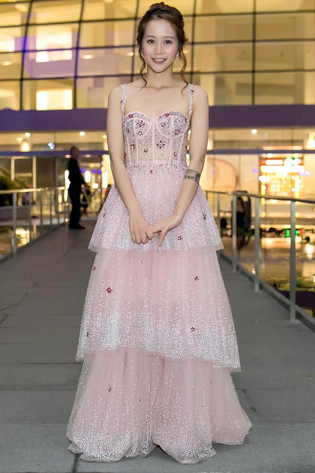 An Nguy hai lưng và Kelly Nguyễn gợi cảm, ai diện chiếc đầm hồng công chúa xinh hơn? - Ảnh 1.