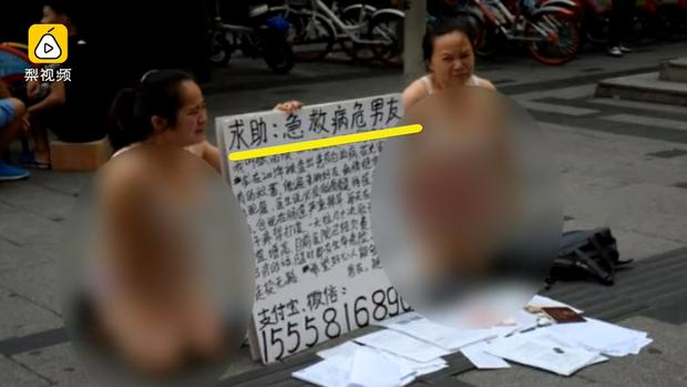 Để có tiền cho bạn trai mắc bệnh máu trắng điều trị, cô gái trẻ mặc nội y quỳ gối giữa đường cầu cứu - Ảnh 1.
