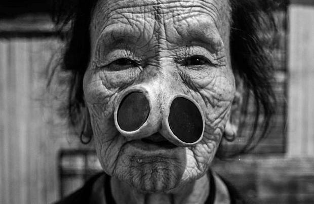 Tập tục xăm mặt, đeo khuyên nong mũi để tránh bị bắt vợ của phụ nữ Apatanis - Ảnh 2.