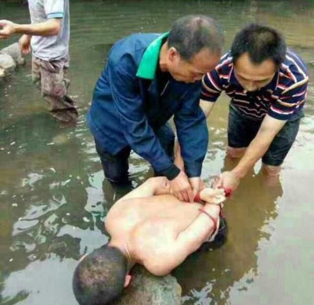 Trung Quốc: Kẻ ấu dâm bị dân làng bắt trói khi đang tấn công bé gái 11 tuổi - Ảnh 2.