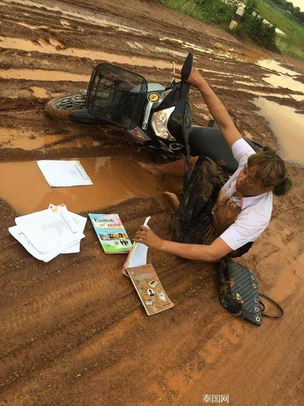 Nữ sinh bỗng nổi tiếng khi ngã vào vũng bùn vẫn quyết đem tấm thân lấm bẩn vào trường thi - Ảnh 1.