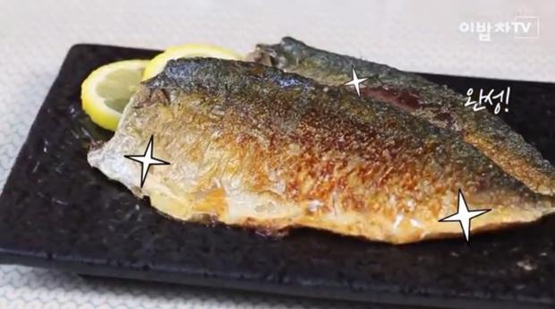 Muốn rán cá giòn và không tróc da thì phải biết mẹo nhỏ xíu này - Ảnh 7.