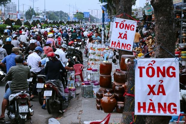Hàng chục gian hàng gần sân bay Tân Sơn Nhất ồ ạt thanh lý chó, gà, cây cảnh, giao thông Sài Gòn hỗn loạn - Ảnh 2.
