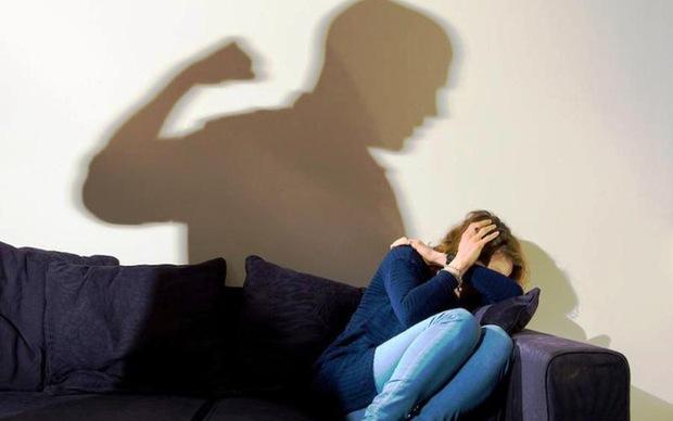 Người phụ nữ bị bạo hành suốt 20 năm, bị chồng giam giữ và ép hầu hạ cho nhân tình của anh ta - Ảnh 1.