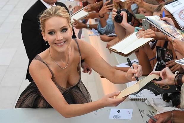 Jennifer Lawrence lộng lẫy như nữ thần, suýt hớ hênh ngực trên thảm đỏ LHP Venice - Ảnh 3.