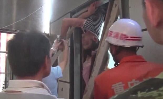 Bị thang máy kẹp nghiến, chàng kĩ sư trẻ tuổi vẫn may mắn sống sót - Ảnh 2.