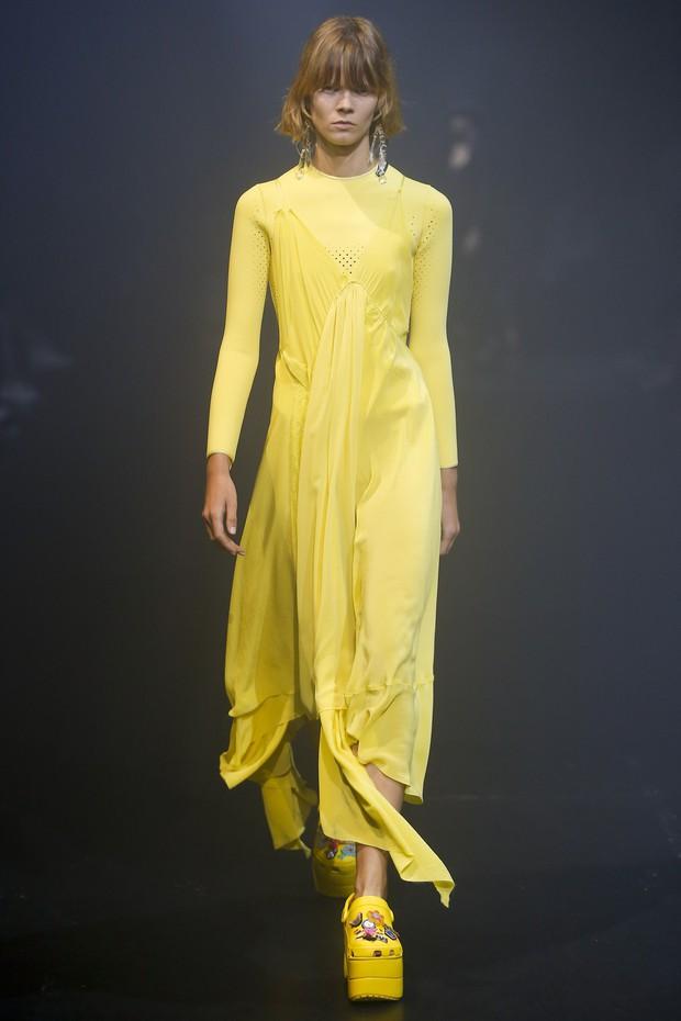 Balenciaga kết hợp với Crocs cho ra mắt mẫu dép đi mưa khó tả nhất mùa Paris Fashion Week năm nay - Ảnh 1.