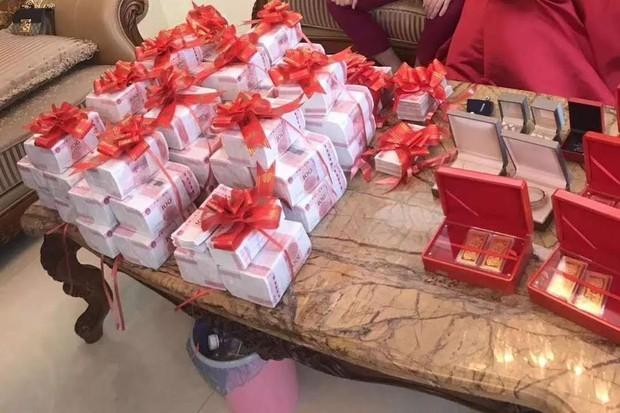 Sợ không ai biết mình giàu, đại gia Trung Quốc tặng con hơn 18 tỷ đồng tiền mặt làm hồi môn - Ảnh 1.