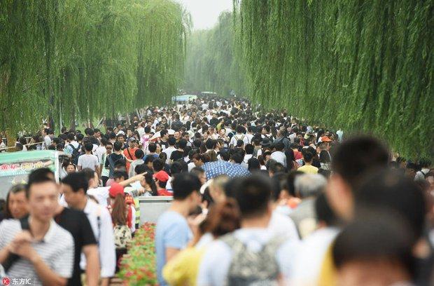 Nghỉ lễ theo phong cách biển người ở Trung Quốc: Ngày đầu kẹt xe, ngày giữa chen chúc, ngày cuối tắc đường - Ảnh 2.