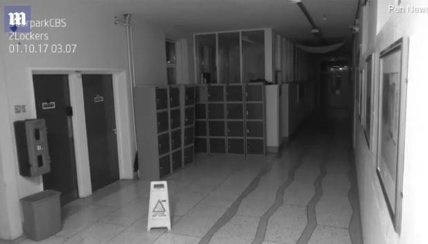 Thấy đồ đạc xáo trộn, ban giám hiệu bật camera giám sát thì phát hiện cửa tủ đồ rung lắc, tự mở giữa đêm - Ảnh 2.
