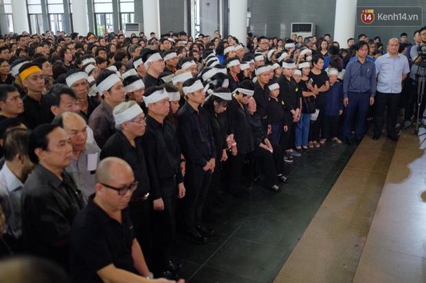 Hình ảnh khiến ai cũng rơi nước mắt: Vợ thầy Văn Như Cương ngồi khóc bên linh cữu, không thể đứng vững khi cử hành tang lễ - Ảnh 7.