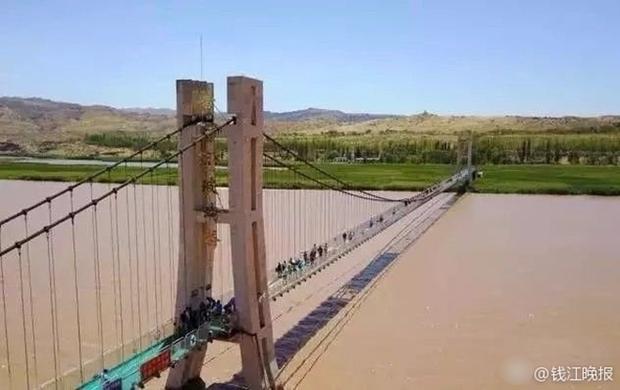 Trung Quốc: Du khách rụng rời chân tay khi ghé thăm cây cầu kính kết hợp công nghệ 3D - Ảnh 1.