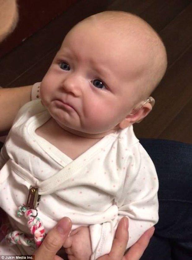 Clip: Nghe tiếng mẹ yêu con lần đầu tiên trong cuộc đời, bé sơ sinh chực oà khóc nức nở - Ảnh 2.